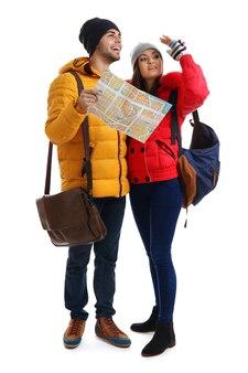白で隔離の冬の観光の幸せな観光客のペア