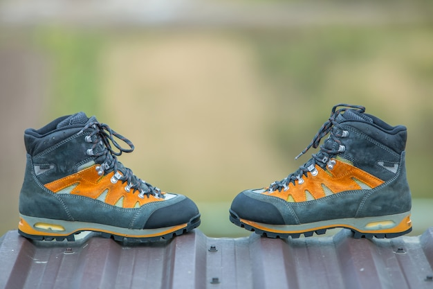 背景をぼかした写真の革トレッキングハイキング冬のブーツのペア