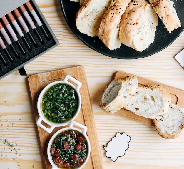 수프와 얇게 썬 빵 바구니