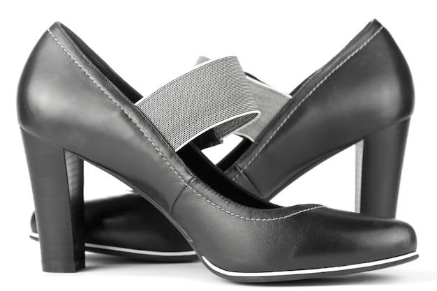 흰색 바탕에 여성용 블랙 하이힐 신발 한 켤레