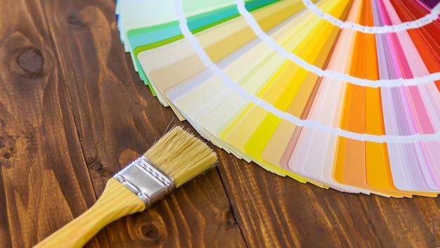 주택 개 조용 페인트를 선택하기위한 팔레트입니다. 선택적 초점. 색깔.