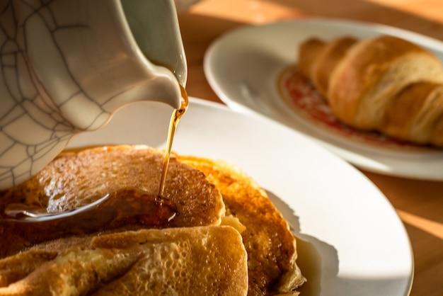 パンケーキとクロワッサンの朝食