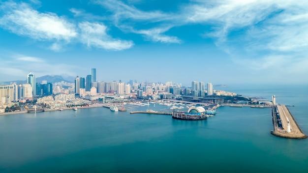 Панорамный вид с воздуха на архитектурный ландшафт и горизонт залива циндао фушань.