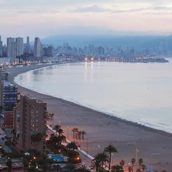새벽에 benidorm 해변의 전경