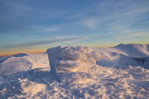 冬の山々のパノラマビュー。冬の風景。カルパティア山脈