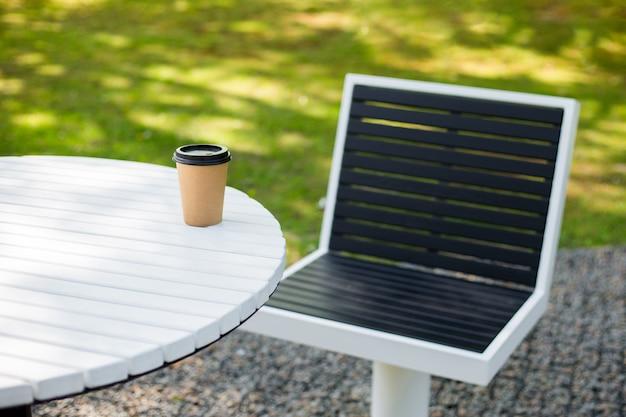 커피, 차 또는 칵테일을위한 커피 숍의 종이 공예 갈색 컵