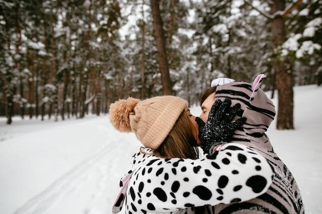 動物の衣装を着たカップルの情熱的なキス。冬のラブストーリー。