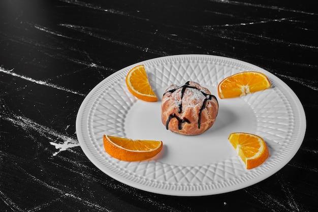 オレンジ入りチョコレートシロップのペストリーパン。