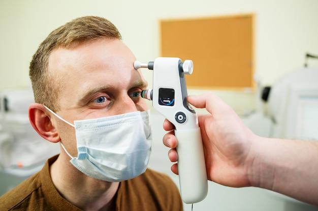 Пациент в офтальмологической больнице. диагностика глаз в современной больнице.