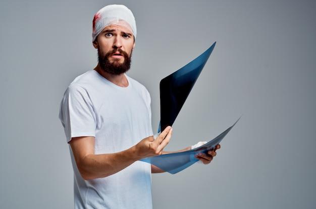 손 건강 진단 밝은 배경에 환자 엑스레이. 고품질 사진