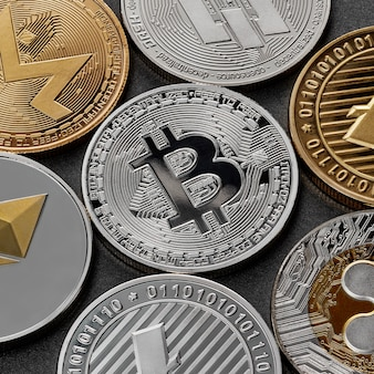 暗い表面に対する暗号通貨、ビットコイン、イーサリアム、ライトコイン、モネロ、リップル、ダッシュのさまざまなコインからのパターン。ブロックチェーンテクノロジー。ビジネスコンセプト。