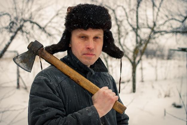 겨울에 도끼를 든 농부