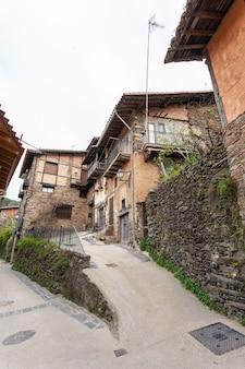 町の垂直の典型的で伝統的な建築の独特な通りの例
