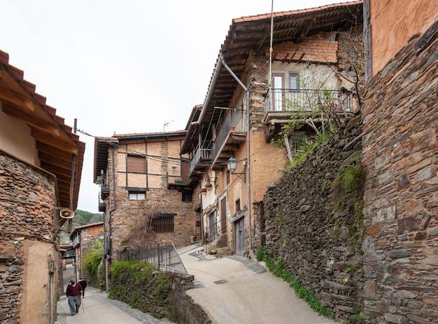 町の典型的で伝統的な建築の独特な通りの例