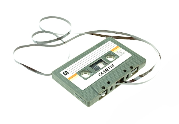ペンピンクと白い背景の上のコンパクトなレトロなカセットテープ