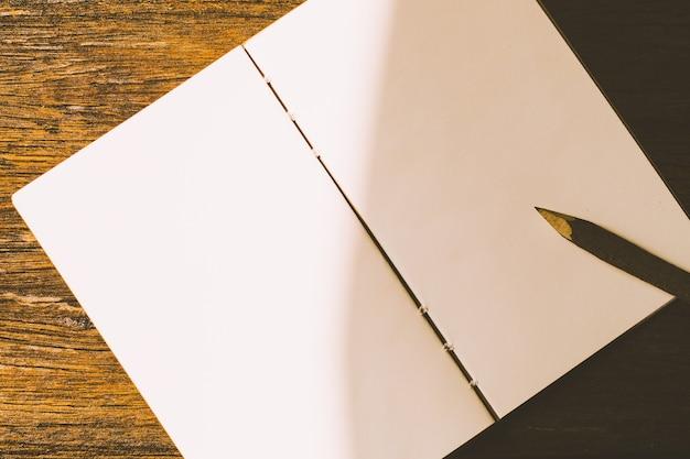 깨끗한 흰 종이에 연필입니다.