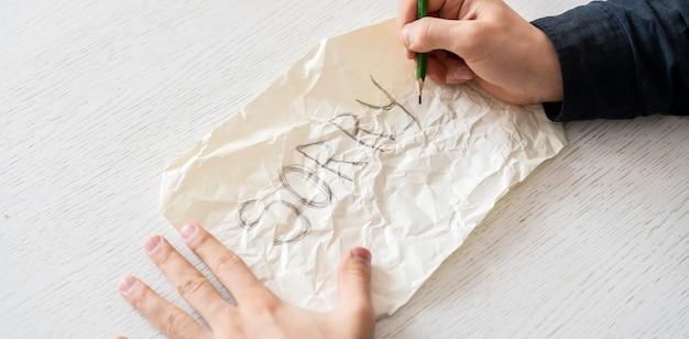 Человек руки держит лист бумаги с извиняющимся словом