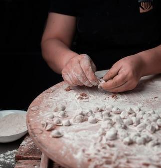 生地でトルコのカマキリを作る人。
