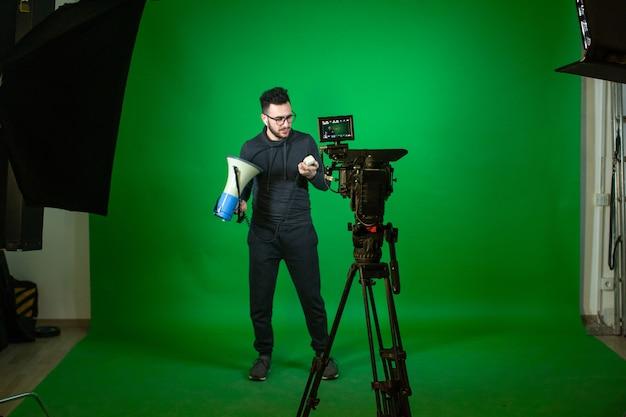 Человек с динамиком перед камерой