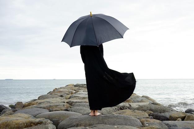 해변에서 우산을 가진 사람
