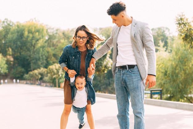 一緒に楽しんでいる家族の公園での写真