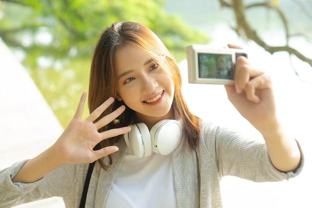 셀카를 찍는 여성 관광객의 사진