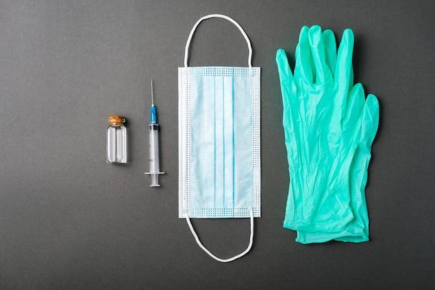 暗いテーブルでのワクチンに必要な道具の写真