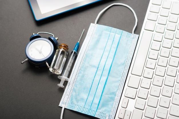 オフィスの机の上のワクチンのためのいくつかのツールの写真