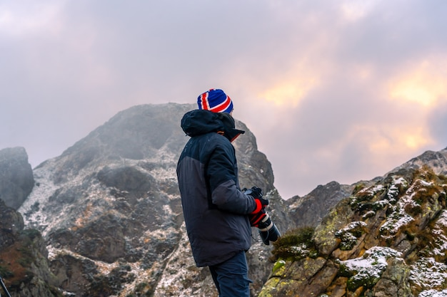 スペイン、サンセバスチャン近くのオイアルツンの町にあるペーニャスデアヤの山で、雪の降る冬を楽しんでいる写真家