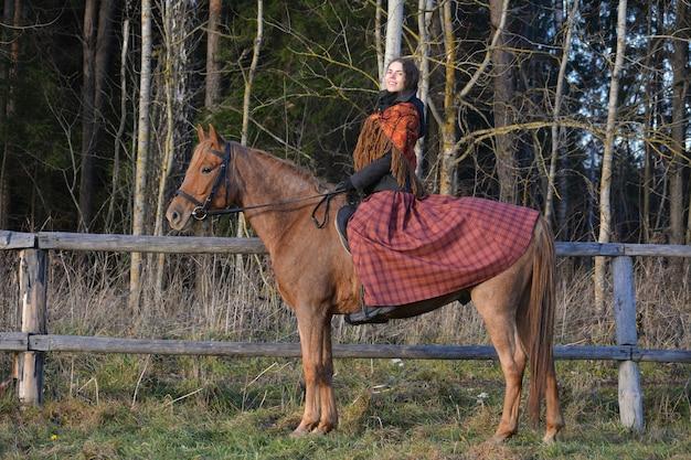 国民服を着て馬に乗っている女の子の写真