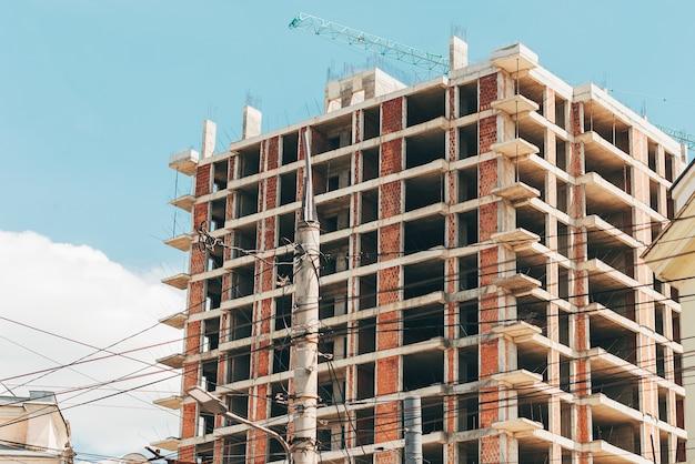 Картина незавершенного строительства в городе