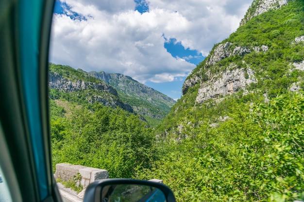 岩とトンネルの間のモンテネグロの道路に沿った絵のような旅。モラカ川。