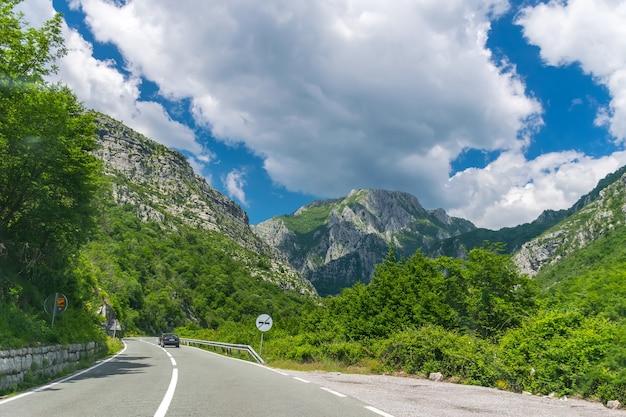 바위와 터널 사이로 몬테네그로의 도로를 따라 펼쳐지는 그림 같은 여행.