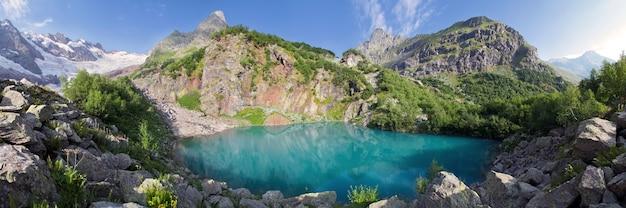 Живописное озеро в горах кавказа, домбай