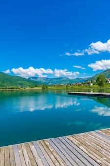 絵のように美しい山の湖は、山の間の谷にあります。
