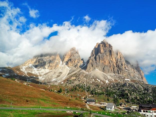イタリア、ドロミテの美しいパノラマ。雪に覆われた巨大な山々