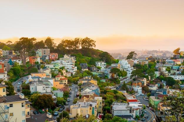 쌍둥이 봉우리에서 밝고 아름다운 일몰을 감상할 수 있는 샌프란시스코 시의 그림 같은 파노라마
