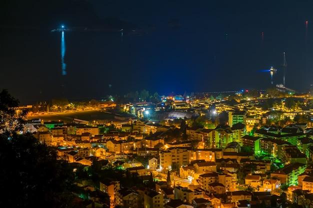 山の頂上からの夜の街の美しいパノラマ。