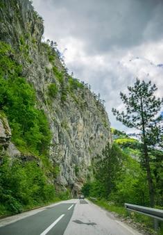 絵のように美しい道路がモンテネグロの山々と峡谷を通り抜けています。