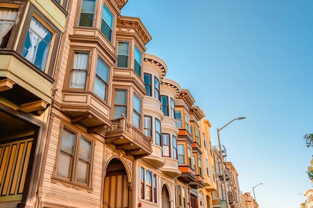 빅토리아 시대 주택의 아름다운 건축물이 있는 샌프란시스코의 그림 같은 거리 프리미엄 사진