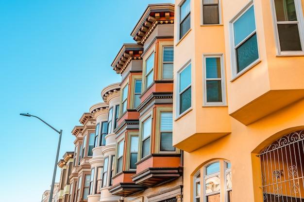 ビクトリア朝の家々の美しい建築物があるサンフランシスコの美しい通り Premium写真