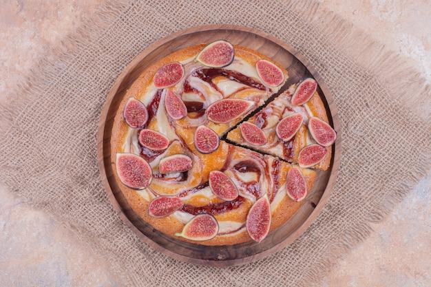 木製の大皿にイチジクのパイ