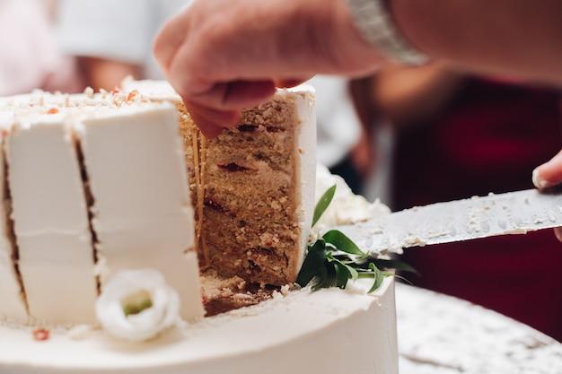 Кусочек вкусного свадебного торта на тарелке