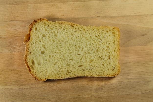 木の板の上のパン