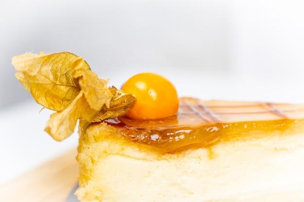 サイサリスベリーで飾られたケーキ