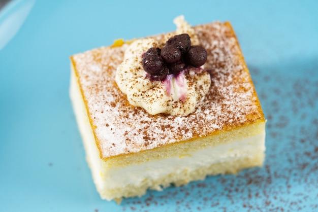 Кусок торта на синей тарелке