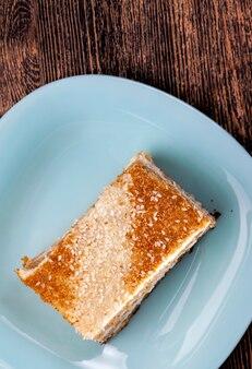 케이크 한 조각, 많은 재료로 만든 페이스트리, 밀 케이크와 버터 크림으로 만든 달콤한 페이스트리