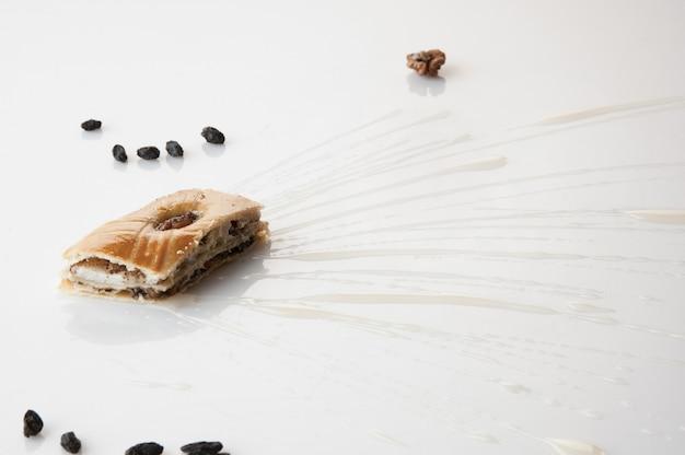 Кусок торта, залитый сладким соусом на белом фоне