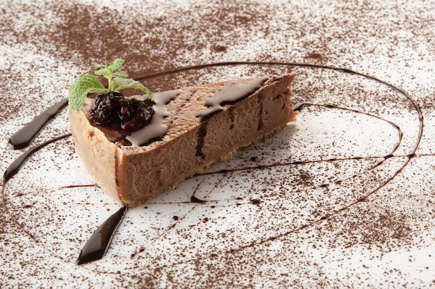 흰색 배경에 가루 설탕을 뿌린 케이크 한 조각