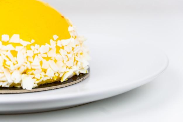 黄色いアイシングとココナッツの装飾が施されたケーキ
